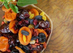 39893759-assortimento-di-frutta-secca-uvetta-albicocche-fichi-prugne-mirtilli-goji-su-una-tavola-di-legno